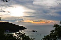 Dramatique du ciel coloré de mer et de coucher du soleil à l'île de Koh Larn Image stock