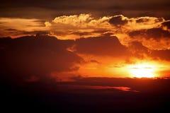 Dramatique et puissant du ciel et des nuages de coucher du soleil images stock