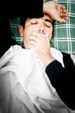 Dramatisch beeld van een zieke mens in bed en het hoesten Royalty-vrije Stock Fotografie