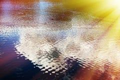 Dramatisch licht lek op waterspiegelachtergrond Royalty-vrije Stock Afbeeldingen