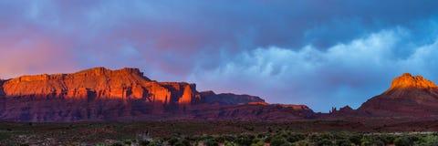 Dramatisch onweer bij zonsondergang in Canionland van Zuidelijk Utah stock afbeeldingen