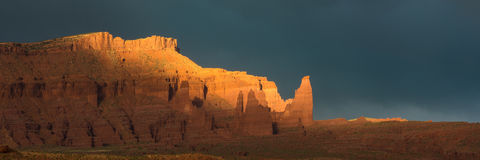 Dramatisch onweer bij zonsondergang in Canionland van Zuidelijk Utah stock afbeelding
