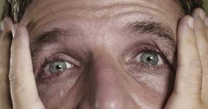 Dramatisch portret van de jonge mens met het expressieve ogen schreeuwen wanhopig in vrees en verschrikking die bezorgd en gedepr stock afbeeldingen
