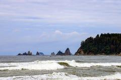 Dramatisch ruw kustzeegezicht op de achtergrond van rotsen stock foto's
