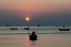 Dramatisch van kleurrijke overzeese en zonsonderganghemel met boten Stock Afbeelding