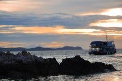 Dramatisch van kleurrijke overzeese en zonsonderganghemel met boten Stock Afbeeldingen