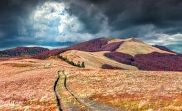 Dramatische bewolking onder de vallei van de de herfstberg stock foto's