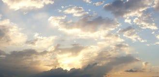 Dramatische bewolkte de zomerhemel stock fotografie