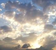 Dramatische bewolkte de zomerhemel stock afbeelding