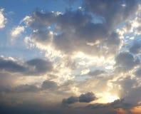 Dramatische bewolkte de zomerhemel Stock Afbeeldingen