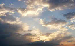 Dramatische bewolkte de zomerhemel stock foto