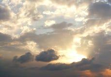Dramatische bewolkte de zomerhemel royalty-vrije stock afbeeldingen