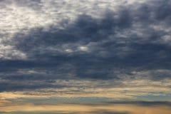 Dramatische bewolkte hemel bij zonsondergang stock foto's