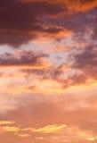 Dramatische bewolkte hemel bij zonsondergang Royalty-vrije Stock Foto's