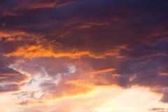 Dramatische bewolkte hemel bij zonsondergang Royalty-vrije Stock Foto