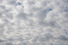 Dramatische bewolkte hemel, natuurlijke fotoachtergrond stock foto's