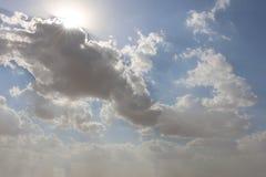 Dramatische blauwe bewolkte hemel met witte zonstralen die door de wolken breken De achtergrond van de aard Hoopconcept stock foto