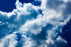Dramatische blauwe hemel Royalty-vrije Stock Afbeeldingen