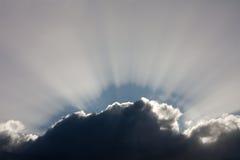 Dramatische blauwe hemel met wolken en zonstralen Royalty-vrije Stock Foto