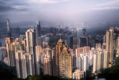 Dramatische cityscape met wolkenkrabber en blauwe hemel Stock Afbeeldingen