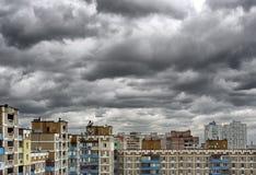 Dramatische cumulonimbus stormachtige wolken over cityscape Royalty-vrije Stock Foto's