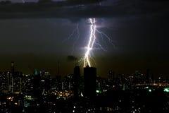 Dramatische de bliksembout van het donderonweer op de horizontale hemel en de stad scape Royalty-vrije Stock Afbeelding