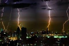 Dramatische de bliksembout van het donderonweer op de horizontale hemel en de stad scape Stock Fotografie