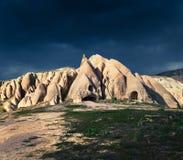 Dramatische de lentescène in Cappadocia Rood nam vallei onder een sto toe stock afbeelding