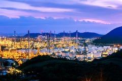 Dramatische die Hemel over raffinaderij en tanklandbouwbedrijf is gebarsten royalty-vrije stock afbeeldingen