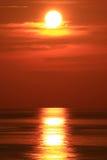 Dramatische die Zon met Grote Rode Zon wordt geplaatst Stock Afbeelding