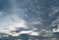 Dramatische donkere hemel als achtergrond met zonstralen Stock Foto
