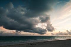Dramatische donkere stormachtige wolken in zonsopgang Stock Foto