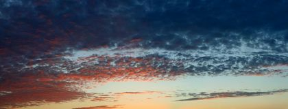 Dramatische donkere wolken stock foto's