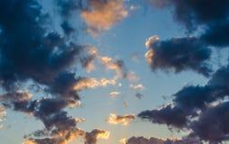 Dramatische donkere wolken met zonneschijnhoogtepunten Royalty-vrije Stock Afbeelding
