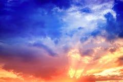 Dramatische en humeurige zonsondergang Royalty-vrije Stock Afbeelding