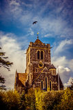 Dramatische Engelse kerk tegen blauwe hemel Stock Afbeeldingen