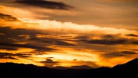 Dramatische gouden hemel Stock Afbeeldingen
