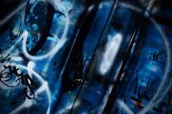 Dramatische grunge kleurde de donkerblauwe oppervlakte van de metaal oude poort, achtergrond Stock Afbeelding