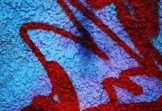 Dramatische grunge schilderde heldere blauwe straatmuur met rode strepen Royalty-vrije Stock Afbeeldingen
