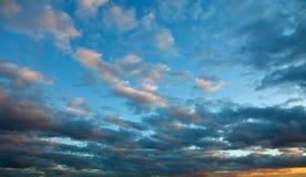 Dramatische hemel bij zonsondergang Royalty-vrije Stock Afbeelding