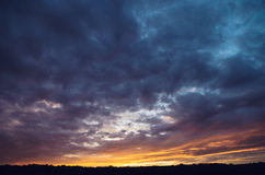Dramatische hemel bij zonsondergang stock foto's