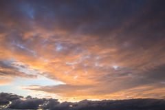 Dramatische hemel bij zonsondergang Royalty-vrije Stock Foto's