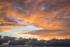Dramatische hemel bij zonsondergang Royalty-vrije Stock Fotografie