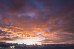 Dramatische hemel bij zonsondergang Stock Afbeelding