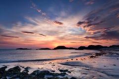 Dramatische hemel bij zonsondergang op het Eiland van Iona, Schotland royalty-vrije stock foto's