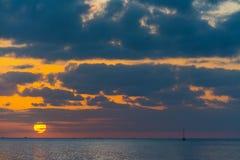 Dramatische hemel bij zonsondergang over het overzees Royalty-vrije Stock Foto