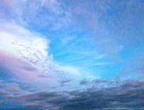 Dramatische hemel blauwe wolken stock afbeeldingen