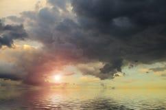 Dramatische hemel met bleke zon stock foto's