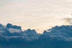 Dramatische hemel, met donkere cumulonimbus wolken Royalty-vrije Stock Afbeeldingen