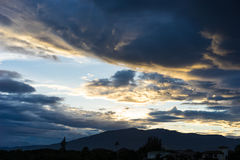 Dramatische hemel met donkere wolken boven de berg bij zonsondergang Stock Fotografie
